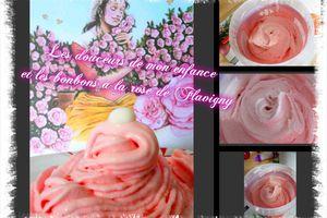 Glace à la rose avec les bonbons à la rose de Flavigny