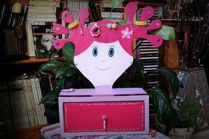 Tête de rangement coiffure en carton pour petite fille.