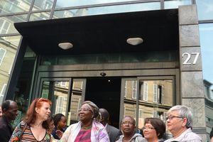 Toilettes de la ville de Paris Au pied de l'écrasant Sacré Cœur, 11 femmes inépuisables se battent « pour le droit et la dignité »