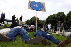 Manifestations contre le salon EuroSatory