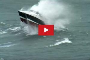 VIDEO - Une pilotine catamaran dans une mer de force 8