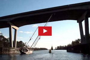 VIDEO - coucher son voilier pour passer sous un pont...