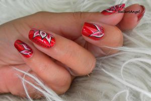Nail art rouge passion fleurit