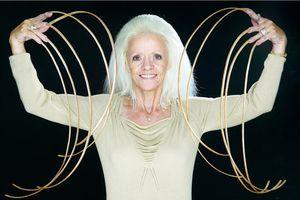 La femme aux plus longs ongles au monde... heu.... des volontaires pour lui faire un nail art? HIHIHIHI