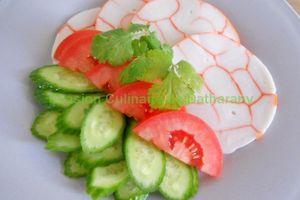 Roulé de surimi-concombre-tomate
