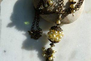 Sa Perle y Popette - Parure collier long sautoir et boucles d'oreille aux perles anciennes nacrées crème de style rétro