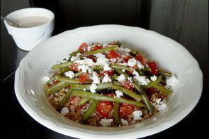 Salade de tomates, haricots vert, céréales et Feta