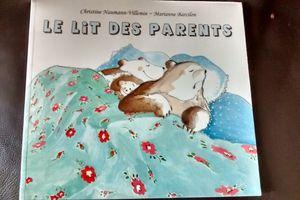 Chut les enfants lisent! Le lit des parents