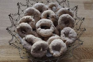 Biscotti con vino rosso e uvetta