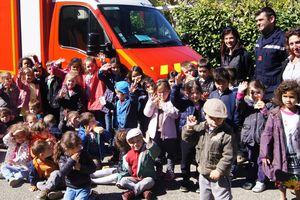 L'école maternelle en visite chez les sapeurs pompiers