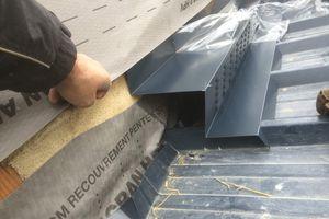 Toiture bac acier avec bavette de ventilation: possible plus discret , mais comme le par- du mur doit passer vers l'extérieur . La bonne solution est celle ci car sous le tout aussi il faut ventiler .