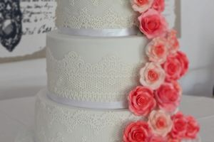 Wedding cake blanc, dentelles et cascade de roses