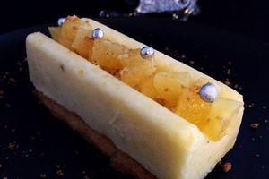 Bûchette de déclinaison d'ananas sur son lit de sablé vanille
