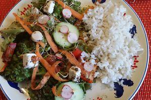 une salade avec des restes et du riz
