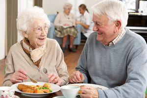 Prendre soin des repas de la personne âgée dysphagique