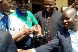 Jour de vote avec l'Archevêque Nzapalainga à l'école Gbaya Dombia au km5 le 30 décembre 2015