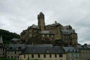 Jour et nuit à Estaing dans l'Aveyron.
