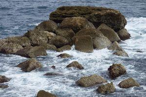 Rochers au bord de l'océan et réponses aux énigmes.