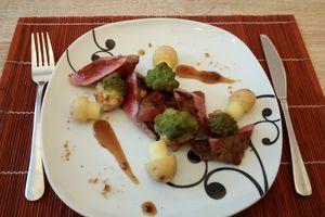 Steak de bison au mélange du trappeur, sauce au sirop d'érable, choux romanesco et grenailles
