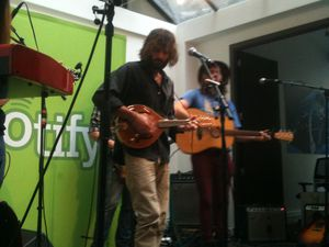 Angus Stone en showcase