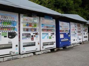 Et voici donc les fameux gadgets OnePiece ou Kitty-Chan. Ainsi qu'une rangée de distributeurs de boissons en tout genre. ♫