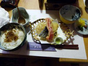 *Miam* Voila donc la table où l'on a mangé ainsi que ce qu'on a mangé 8D Sinon, vous pouvez aussi admirer ma tête dans la photo du milieu (y)