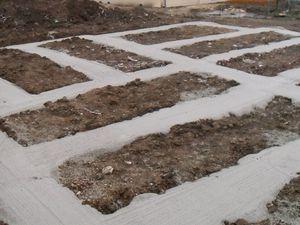 Fondations de 60 cm de profondeur en lacet autour de chaque container posé au sol