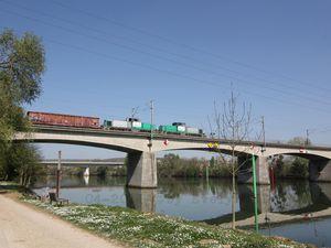 Enjambant la Seine.. Un pont..