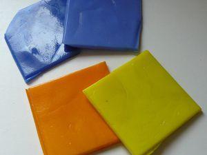 Dans l'ordre: des plaques de verres colorés, des émaux de verre artisanaux, des galets émaillées, des pâtes de verre et émaux de Briare