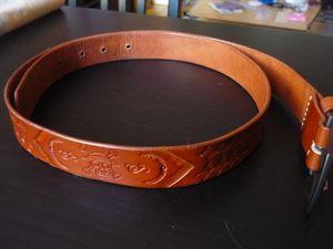 """Ceinture largeur 3cm épaisseur 3mm longueur 100cm. Couleur tan. Motif """"basket"""" et logo """"one piece"""""""