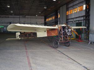 Malheureusement, nous avons fait le samedi, il pleuvait des cordes et les avions anciens étaient aux abris. Ici réplique de Blériot XI et Fokker EIII, puis le Morane Saunier 317 F-BCNL de la Ferté Alais.