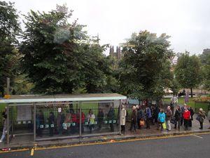 Photo 1 -L'intérieur du Air Link ( 1er étage), c'est bien sûr, comme partout au Royaume Uni, un bus à Impériale    Photo 2 - Arrêt de bus à Edimbourg.