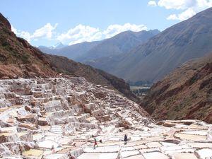 Salines en terrasse de Maras. Les terrasses ont été sculptées dans la montagnes pour favoriser l'évaporation d'une source d'eau rendue salée par la dissolution d'évaporites (majoritairement du gypse) presentes dans la région.