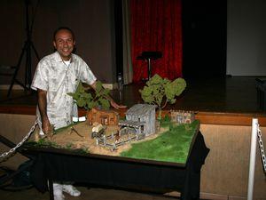 """Quelle récompense pour moi que de voir Alison et Patrick devant ma maquette de """"La Petite Maison dans la Prairie"""""""