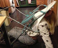 Quedó atrapada en la silla de comer de sus hijos.