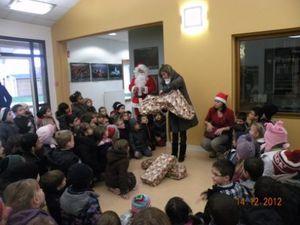 Photos souvenir de l'arbre de Noël - Découverte des cadeaux communs - Classes de maternelle