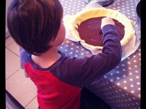 Mon paîtissier en action : on prépare ENCORE la galette des rois pour les cousines cette après-midi (une au chocolat et une frangipane)