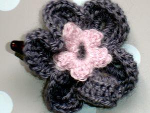 les fleurs sont réalisées au crochet puis collées sur la pince
