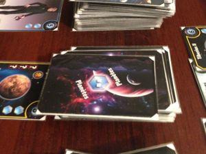 Très original : le choix dans les decks entre la carte de la défausse ou la surprise du dessus de la pile !
