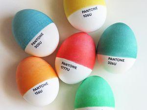 Au petit déjeuner, des oeufs Pantone accompagnés d'un thé Pantone pris dans la cuisine ou au soleil sur la terrasse mais chacun assis sur sa couleur Pantone s'il vous plait.