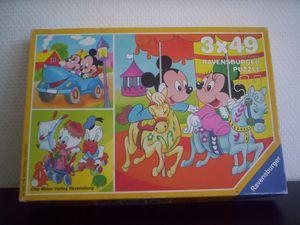 Puzzle, Les Baby's s'amusent, Mickey et Minnie en voiture, 1987. Observez les points à l'arrière des pièces qui permettaient de les différencier de celles des deux autres