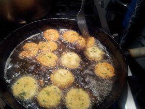 bonbon piment recette pour une soixantaine de pièces : Mettre 500 g de pois à tremper la veille (au moins 12 heures avant) dans beaucoup d'eau froide puis enlever la peau des pois et mixer ou mouliner finement jusqu'à obtention de la consistance d'une purée fine. Ajouter 1 botte d' oignons verts émincés finement,1/2 botte coton milly ciselé (coriande fraiche),1/2 c a c de cumin en poudre + 1/2 c a c de cumin en grain, 1 c a c de curcuma ,1 c a c de sel ,1 bout de gingembre écrasé et du piment vert écrasés finement.... Bien mélanger. CUISSON : Prendre une noix de pâte , l'aplatir dans la paume de la main, légèrement huilée, de façon à obtenir un disque de 4 cm de diamètre, sur une épaisseur de 8 à 10 mm. A l'aide du petit doigt, faire un trou au centre de la galette obtenue, et frire à 150/160 °C, jusqu'à l'obtention d'une belle couleur. Égoutter sur du papier absorbant avant de servir.