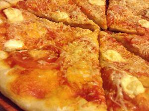 Pizza à la sauce tomate et au camembert