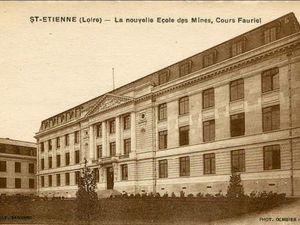 Les houx sont présents dès la construction en 1927 dans la cour d'entrée