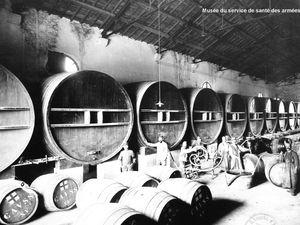 (Photo gauche) - Magasin d'approvisionnement du service de santé de la 7e région militaire, à Besançon - La sortie de l'entrepôt de vins. - (Photo droite) L'entrepôt  répartiteur des vins du service de santé de la 15e région à Aimargues (Gard)