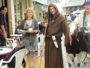 Sortie pour le tour du marché avec les animaux, ici une vache avec un arrêt à la taverne