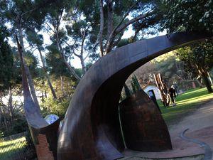 sculpture de CEBE qui sert de portail a la MAISON DU CYGNE de six fours (j y passe tous les matins et jamais je n y suis rentrée un comble)
