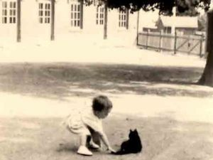 Voici deux photos où nous voyons Marie Aimée s'amuser dans la cour. Ses parents occupaient un logement de fonction dans l'école.