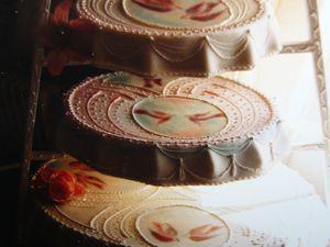 Ces gâteaux sont à base de polystyrène et stratifiés de résine et colorant universel.
