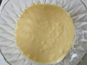 Faire un puit et y casser les oeufs,délayer avec l'huile pour obtenir une pâte bien coulante....On peut y rajouter du rhum mais aujourd'hui le gateau est pour le gouter des enfants, donc on va éviter!!!! &#x3B;)....Réserver...